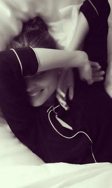 Apesar de já ter sido um dos anjos sensuais da Victoria's Secret, Miranda Kerr dorme bem comportada: de pijama Reprodução/ Instagram