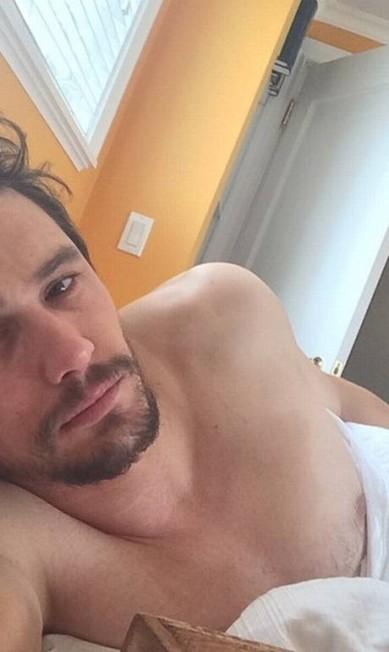 Rei do selfie na cama, o ator James Franco, na maioria das vezes, dorme sem camisa Reprodução/ Instagram