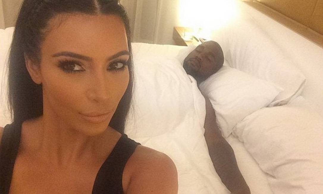 Toda maquiada, Kim Kardashian mostrou como Kanye West dorme: sem camisa e coberto com uma colcha. Ou seja: não dá para saber se ele usava um underwear Reprodução/ Divulgação