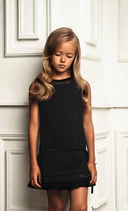 Apesar de ter apenas 9 anos, Kristina Pimenova posa com looks mais adultos, como este vestido preto Foto: Reprodução/ Facebook