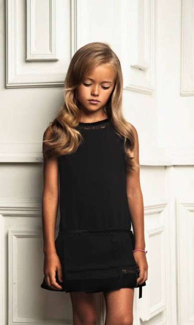 Apesar de ter apenas 9 anos, Kristina Pimenova posa com looks mais adultos, como este vestido preto Reprodução/ Facebook