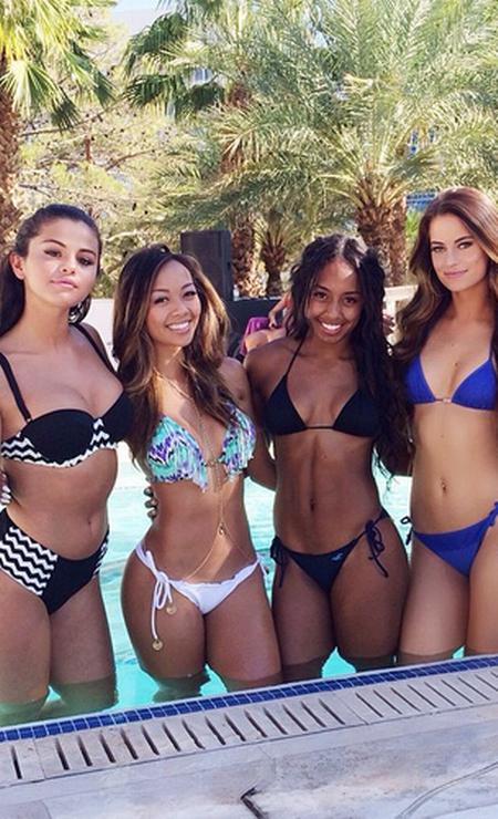 Na companhia de amigas, Selena Gomez (à esquerda) apostou em modelo p&b comportado Foto: Reprodução/ Instagram