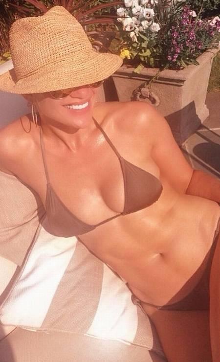 Aos 45 anos, Jennifer Lopez não tem medo mesmo de peças mínimas. Apesar da cor discreta, o biquíni de J.Lo era bem revelador, como os que são feito no Brasil Foto: Reprodução/ Intsgram