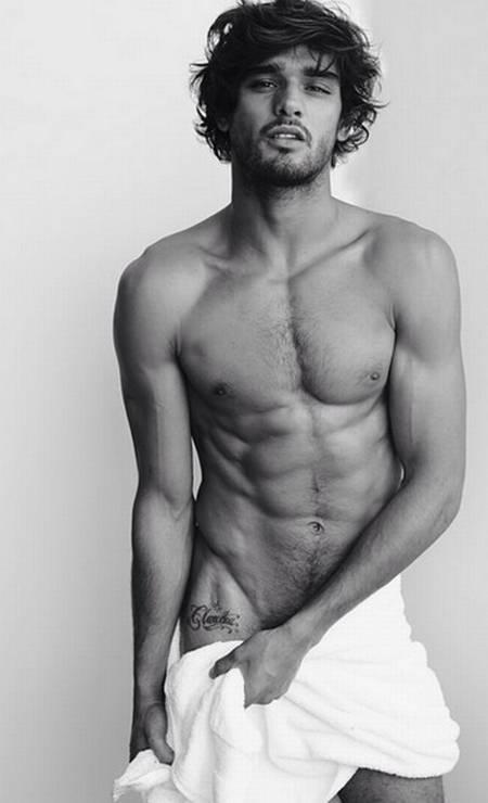 """Esse é o top dos tops. Marlon Teixeira, considerado """"Gisele Bündchen"""" de calças, posa para a série das toalhas de Mario Testino Foto: Instagram"""
