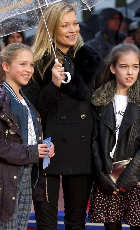 """Acompanhada da mãe, a top britânica Kate Moss (no centro), e de uma amiga, Lila Grace (à esquerda) fez a sua estreia no tapete vermelho. O début aconteceu no último domingo, na première do filme """"Paddington"""", em Londres Foto: JUSTIN TALLIS / AFP"""