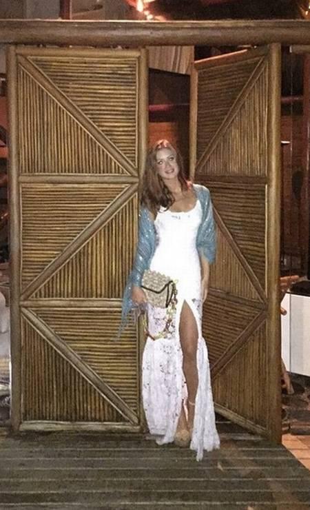 Para o look noturno, que tal um vestido branco de alça com uma fenda poderosa? Afinal, você não vai querer esconder seu bronzeado e sua boa forma Foto: Reprodução/ Instagram