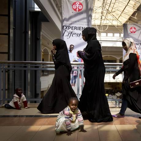Milhares de pessoas compareceram à reabertura do luxuoso centro comercial no Quênia Foto: Ben Curtis / AP