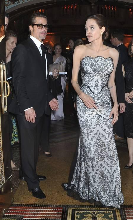 """Depois de sair em turnê pelo mundo com o filme """"Malévola"""", Angelina Jolie voltou ao tapete vermelho para promover """"Unbroken"""", longa dirigido e produzido por ela. Nesta segunda-feira, ela apareceu magérrima, ao lado do marido, o ator Brad Pitt, na Austrália, local onde o projeto foi rodado Foto: PATRICK RIVIERE / REUTERS"""