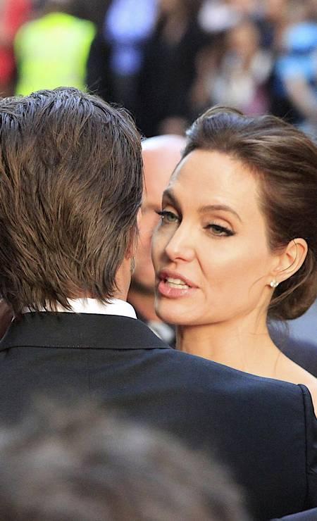Angelina trocou palavras ao pé do ouvido de Brad Foto: Glenn Nicholls / AP