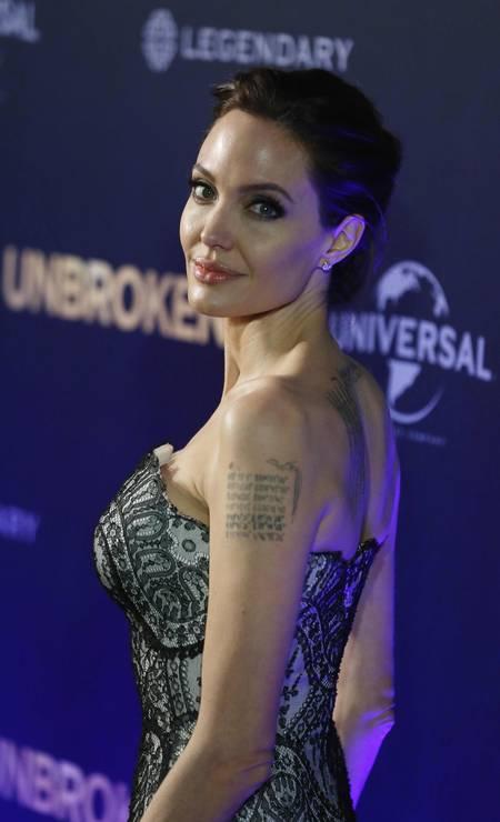 Mais de Angelina e suas tatuagens Foto: JASON REED / REUTERS