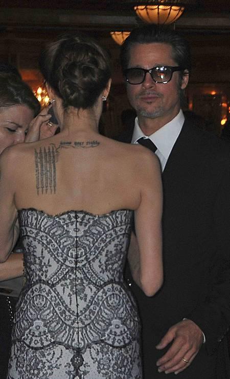 O vestido tomara-que-caia não escondeu muitas das tatuagens da estrela Foto: PATRICK RIVIERE / REUTERS