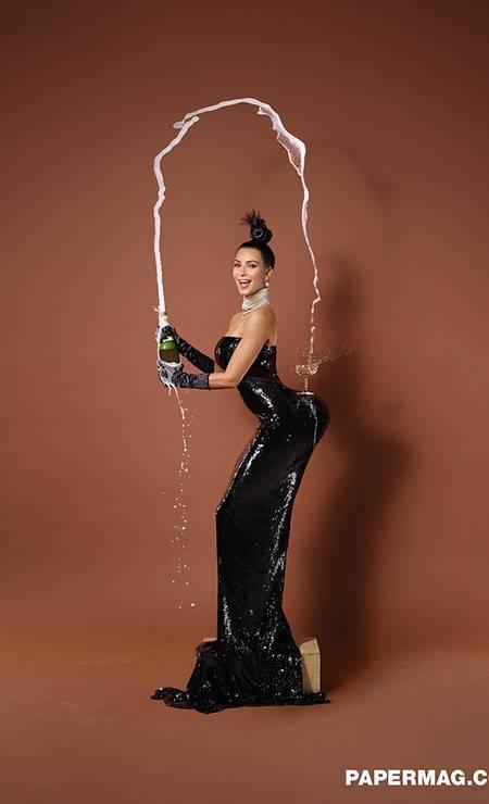 Fotografada pelo responsável por cliques de perfumes da Chanel e Prada, Kim aparece numa das capas imitando uma famosa foto do francês, na qual uma taça de champanhe é equilibrada nas curvas do bumbum. Foto: Revista Paper