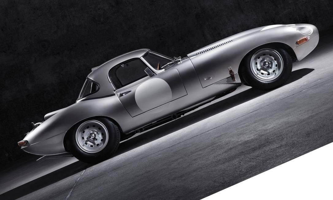 Em 1964, a Jaguar decidiu fazer 18 unidades de um carro muito especial, o E-TYPE Lightweight. Infelizmente para os apaixonados pela marca, a série parou no número 12. Agora, 50 anos depois, a empresa retomou a produção. As seis últimas unidades serão montadas à mão na fábrica, em Coventry, na Inglaterra — as mesmas instalações onde a linha E-Type foi fabricada na década de 1960. Pilotos famosos da Fórmula-1, como Graham Hill e Jackie Stewart, dirigiram os originais, que, hoje, são avaliados em milhões de dólares. Esta será a primeira criação do Jaguar Heritage, um departamento que cuidará apenas dos modelos e das peças de carros clássicos, que fazem parte da história da marca britânica, ícone em veículos esportivos de luxo. Preço? Sob consulta. Foto: Divulgação