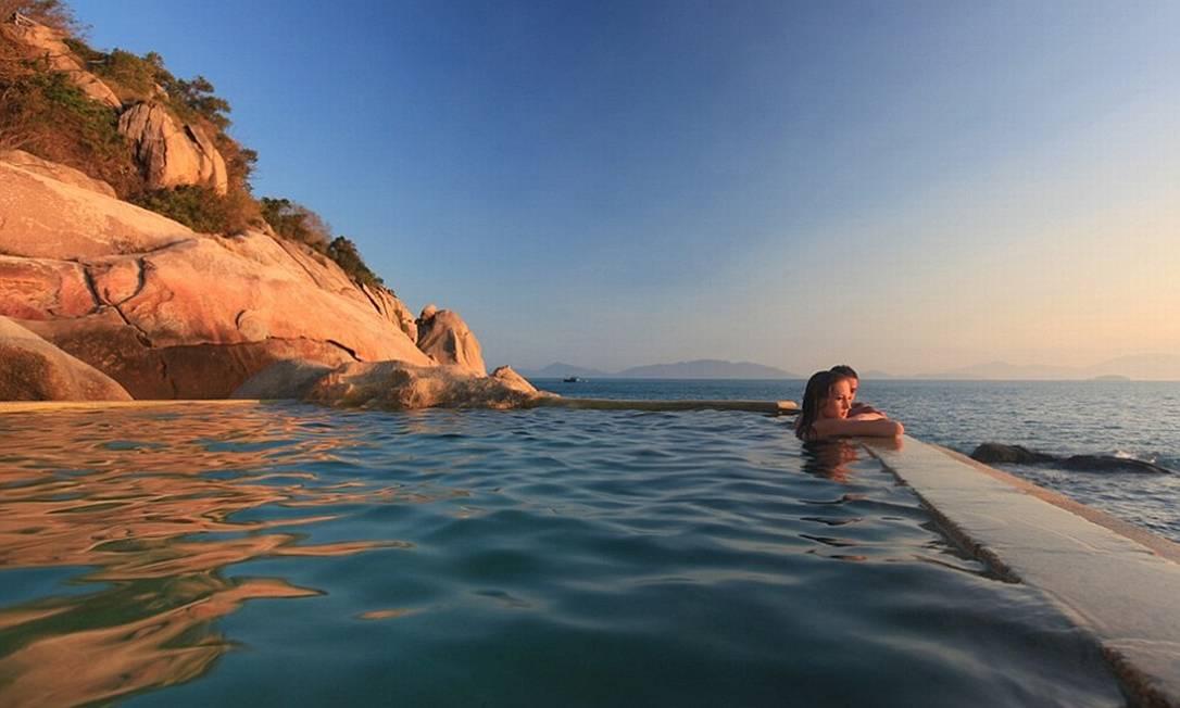 A piscina virada para o mar oferece vista para o pôr do sol Foto: Six Senses