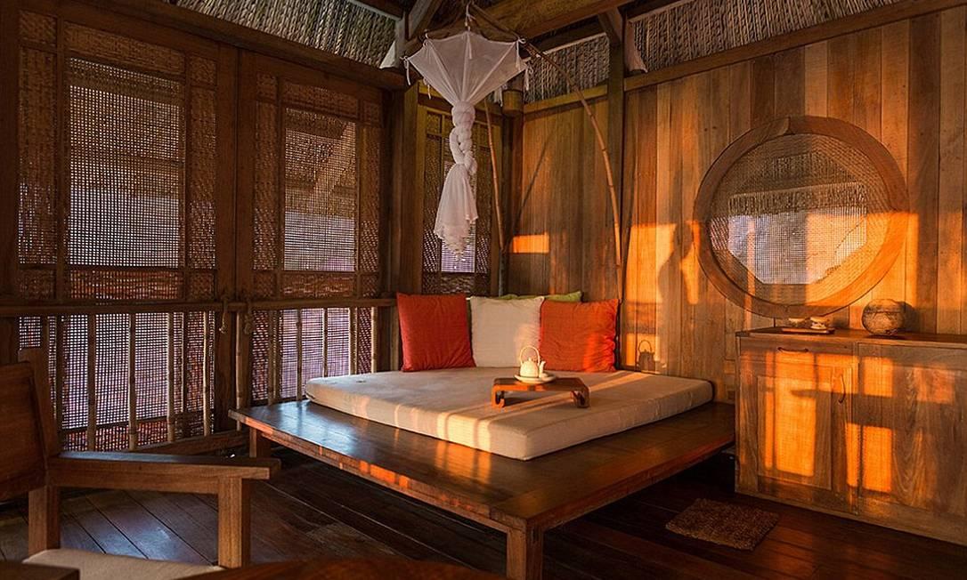 Apesar da decoração rústica, o quarto oferece total conforto, com direito a mordomo 24 horas Six Senses