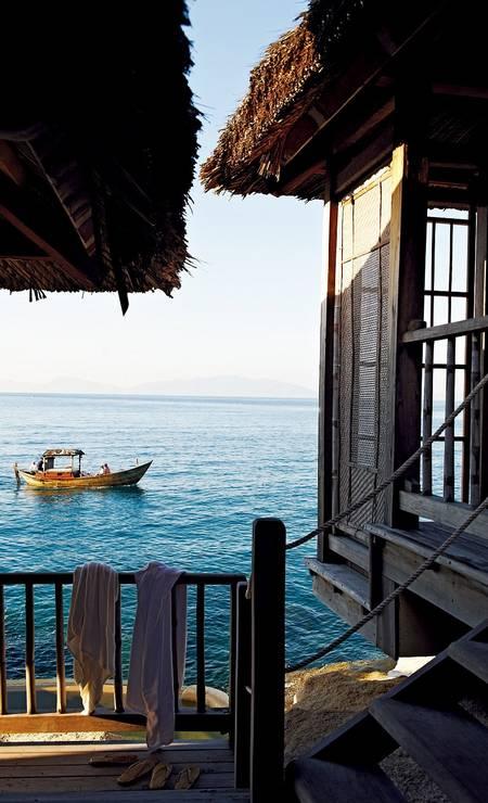 Com vista para um coral e encrustada na rocha, a cabana oferece privacidade completa: a única forma de ser acessada é por uma pequena escada Foto: Six Senses