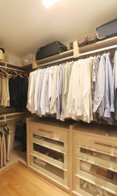 O closet planejado da Florense Barra, escolhido pela arquiteta Paola Ribeiro, ajuda o homem a se organizar melhor e a economizar o tempo na hora de se vestir por causa da ausência de portas Fabio Policarpo / Fabio Policarpo / Divulgação