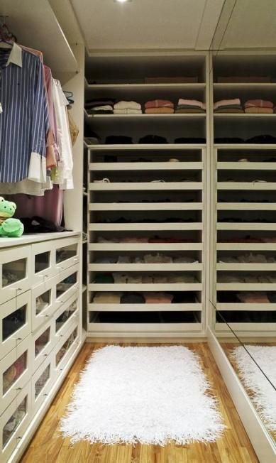 Antes da reforma comandada pela designer de interiores Jóia Bergamo, o closet de 12m² era um banheiro. A pedido de uma jovem executiva solteira, ela criou gavetas em acrílicos e prateleiras grandes para que a cliente visualizasse melhor as roupas Divulgação