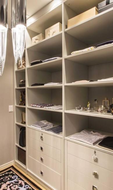 """Ela optou por cores sóbrias, como o cinza, para valorizar o cômodo de 9 m². """"Por ser um espaço compacto, as cores claras valorizaram o ambiente e deram a ideia de um local espaçoso"""", diz ela. Anote a dica! Diego Pisante / Diego Pisante / Divulgação"""
