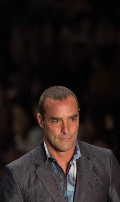 Aos 51 anos, o modelo Paulo Zulu causou frisson no desfile da TNG RICARDO NOGUEIRA / AFP