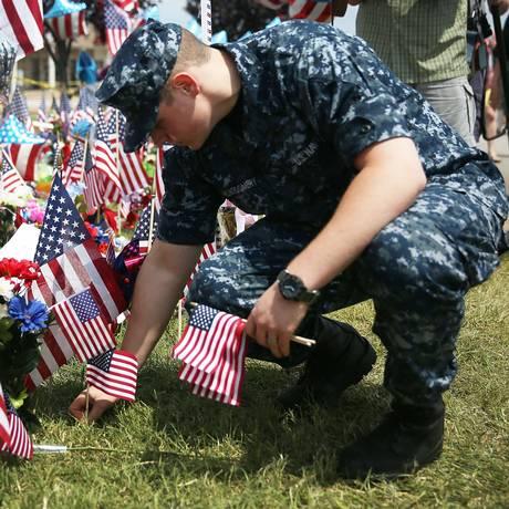 Marinheiro deposita homenagem às vítimas do ataque em Chattanooga Foto: JOE RAEDLE / AFP