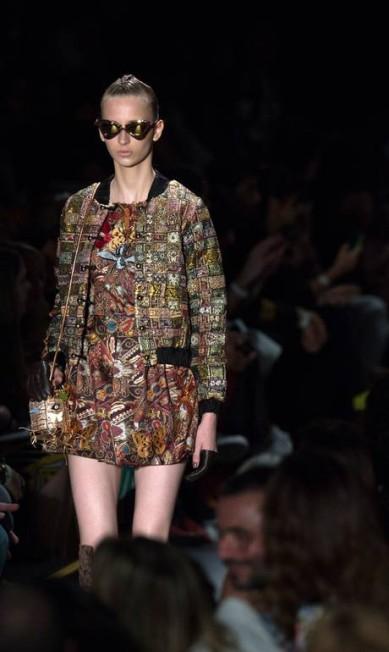 A Teca por Helo Rocha trouxe para as passarelas bolsas de alças longas e muito brilho metalizado RICARDO NOGUEIRA / AFP