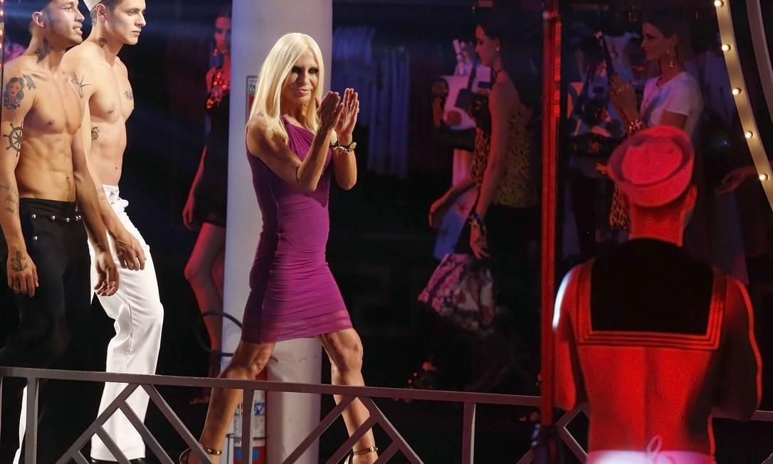 Donatella recebeu o carinho do público muito bem acompanhada por dois modelos sem camisa NACHO DOCE / REUTERS