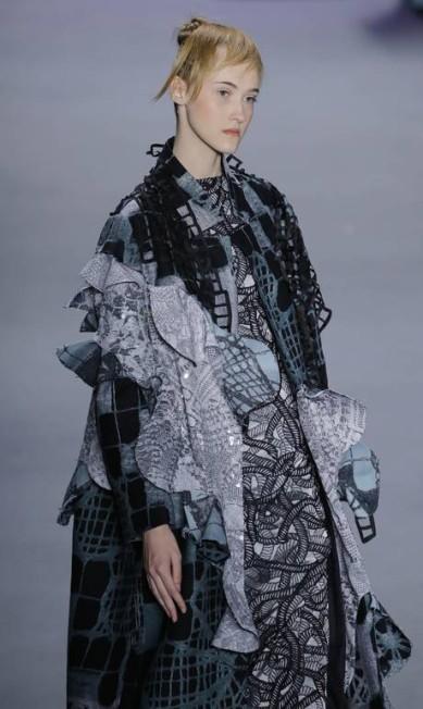 Sobreposições e volumes marcaram o outono/inverno 2015 da estilista Fernanda Yamamoto Nelson Antoine / AP