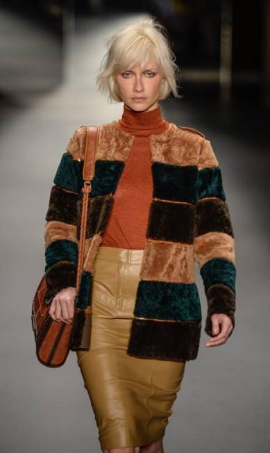 Ana Claudia Michels com um dos modelos da coleção de inverno da Lilly Sarti Ze Takahashi / AP