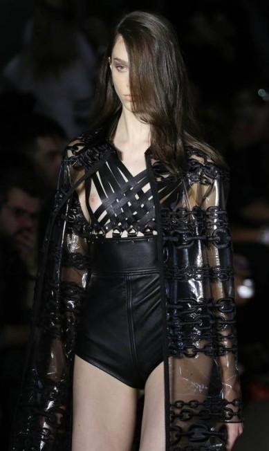 Neste look, a grife misturou transparências e pernas de fora, com um corte provocativo que exibia os seios da modelo Nelson Antoine / AP