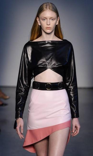 O pretinho nada básico de Pedro Lourenço deixa a barriga à mostra, combinado com uma saia de corte diagonal Ze Takahashi/FOTOSITE / Ze Takahashi/FOTOSITE