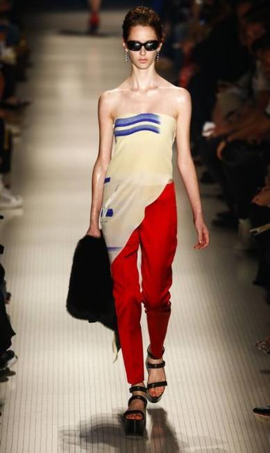 A calça da coleção do estilista Miguel Schincariol / AFP