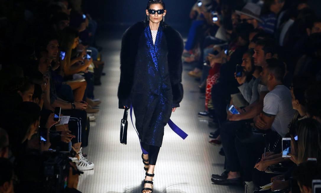 """Inspirado no filme """"A liberdade é azul"""", do cineasta polonês Kieślowski, Vitorino Campos mostrou uma coleção com muito jeans, jacquard e cetim duchese Miguel Schincariol / AFP"""