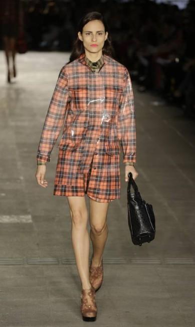 A top Fernanda Tavares desfila com uma bolsa da coleção de Alexandre Herchcovitch Nelson Antoine / AP