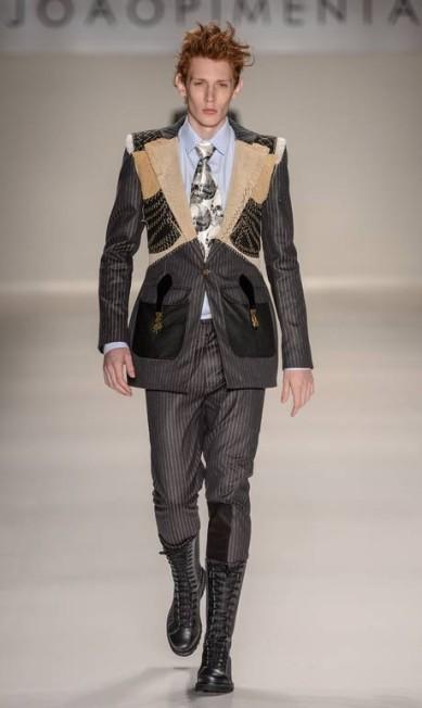 A fênix foi escolhida pelo estilista João Pimenta como símbolo da sua coleção, que levou padronagens clássicas da moda feminina para as roupas masculinas Ze Takahashi/FOTOSITE / Ze Takahashi/FOTOSITE