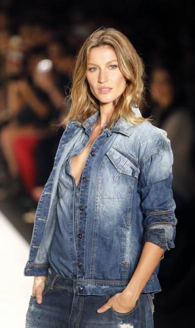 Mais uma vez, a top vestiu jeans para a Colcci PAULO WHITAKER / REUTERS