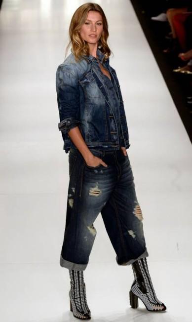 Gisele também apresentou um look total jeans na passarela da Colcci NELSON ALMEIDA / AFP