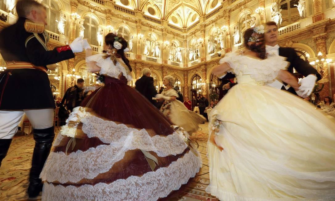 Convidados rodopiaram no salão ao som de músicas da época FRANCOIS GUILLOT / AFP