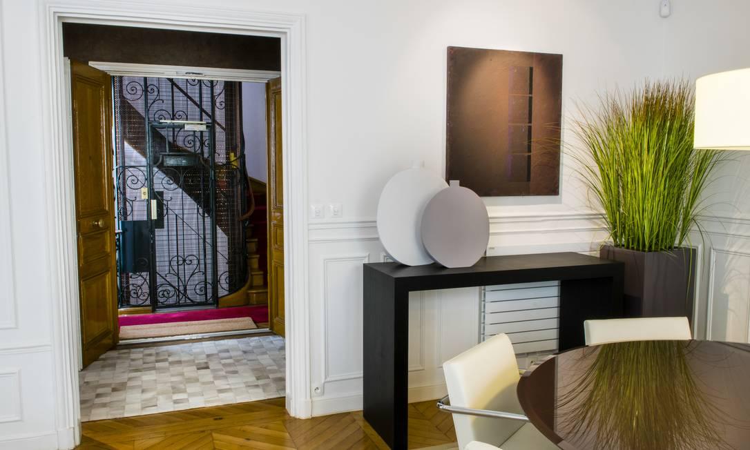 A sala da jantar tem aparador, mesa e cadeiras modernas Sandro Oliveira / Sandro Oliveira