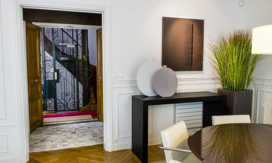 A sala da jantar tem aparador, mesa e cadeiras modernas Foto: Sandro Oliveira / Sandro Oliveira