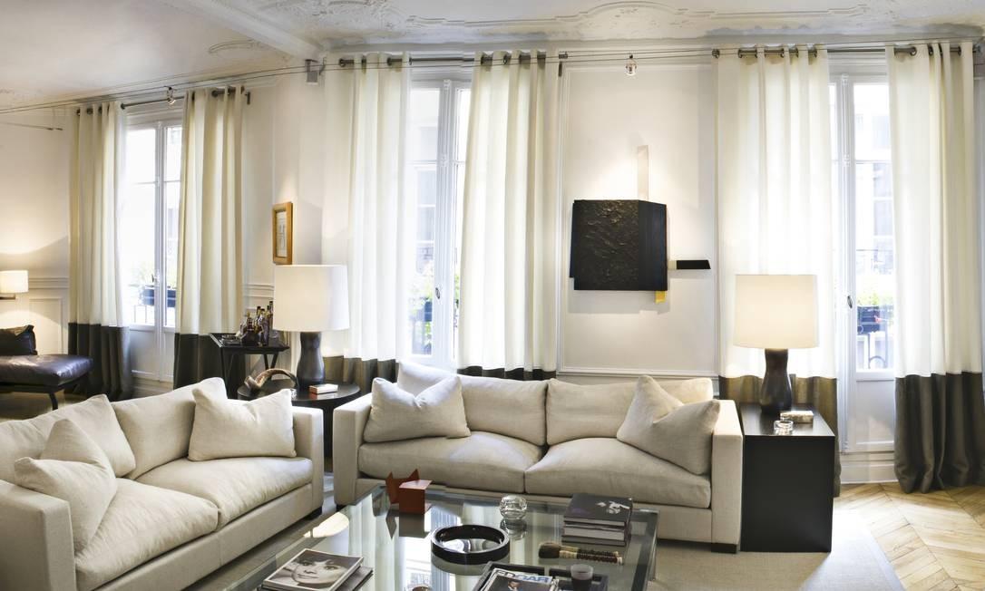 O amplo living tem estofados clássicos e móveis de design Foto: Sandro Oliveira / Sandro Oliveir