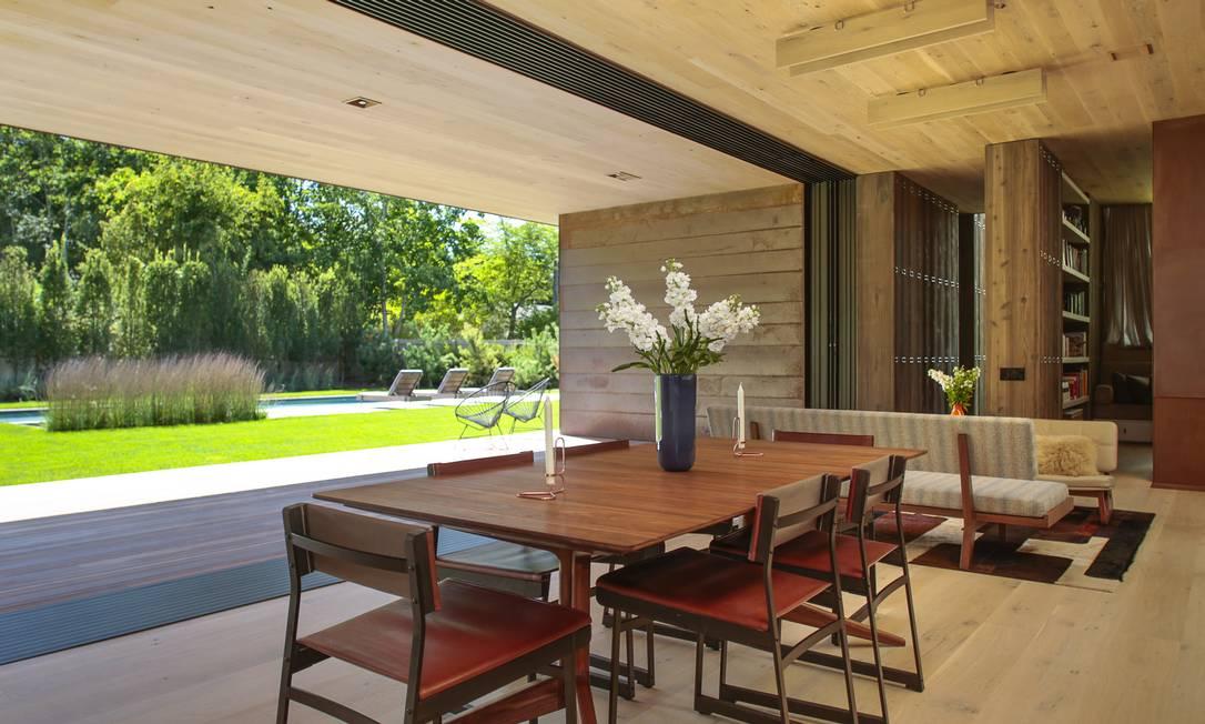 A casa projetada pelo arquiteto Paul Masi tem o jardim e a madeira como destaques ERIC STRIFFLER / NYT