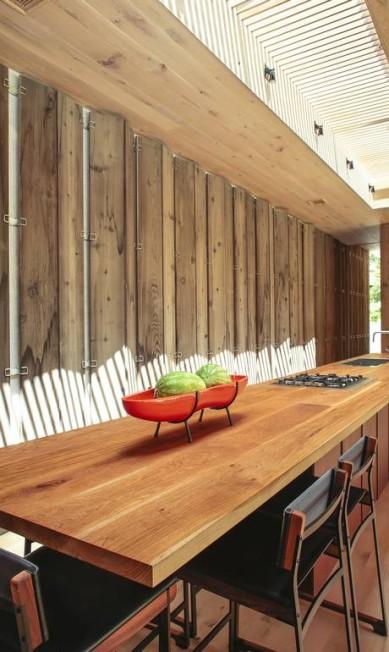 Na cozinha, o feltro cinza no teto é responsável por absorver os sons ERIC STRIFFLER / NYT