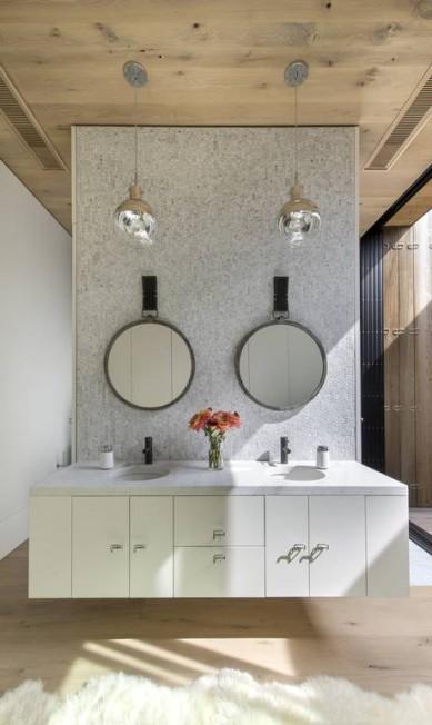 No banheiro integrado ao quarto, a penteadeira é suspensa BATES MASI ARCHITECTS / NYT
