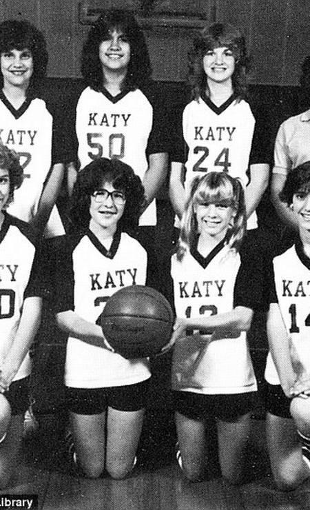Renée também fez parte do time de basquete. Na imagem, ela está na primeira fila Foto: Reprodução/Seth Poppel/Yearbook Library