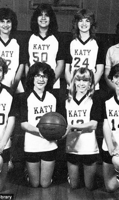 Renée também fez parte do time de basquete. Na imagem, ela está na primeira fila Reprodução/Seth Poppel/Yearbook Library