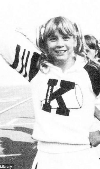 Não é de hoje que a aparência de Renée Zellweger vem sofrendo revoluções. Durante os anos em que passou no colégio, seu visual foi se modificando. Na imagem, a atriz, aos 13 anos, como líder de torcida na Katy Junior High School, no Texas. Siga na galeria para ver as mudanças no look da estrela de Bridget Jones Reprodução/Seth Poppel/Yearbook Library