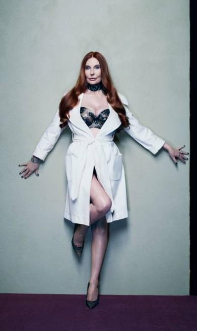 """Hoje com 65 anos, jornalista Marilyn Cole Lownes esteve em seu auge em 1972. De roupão e lingerie sexy, ela contou para a """"New York Magazine"""" a maior vantagem em seu coelhinha: """"Nós tínhamos dinheiro o suficiente em nossas bolsas para pegarmos um avião, se quiséssemos"""" New York Magazine / Divulgação"""