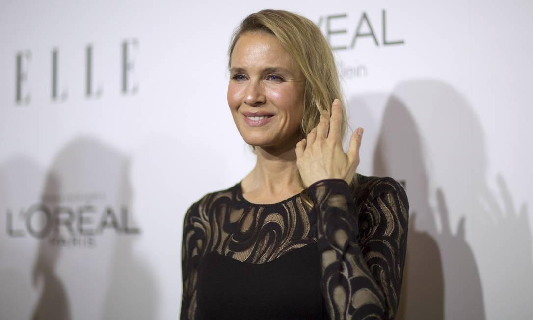 """Renée Zellweger apareceu irreconhecível no Women in Hollywood Awards, na noite de terça-feira, em Los Angeles. O excesso de plásticas de Renée, de 45 anos, foi um dos assuntos mais comentados do evento. Segundo um médico ouvido pelo """"Daily mail"""", a testa tem excesso de Botox. Mas a transformação no visual foi ao longo dos anos. Siga na galeria para acompanhar o passo a passo da evolução no visual da estrela Foto: MARIO ANZUONI / REUTERS"""