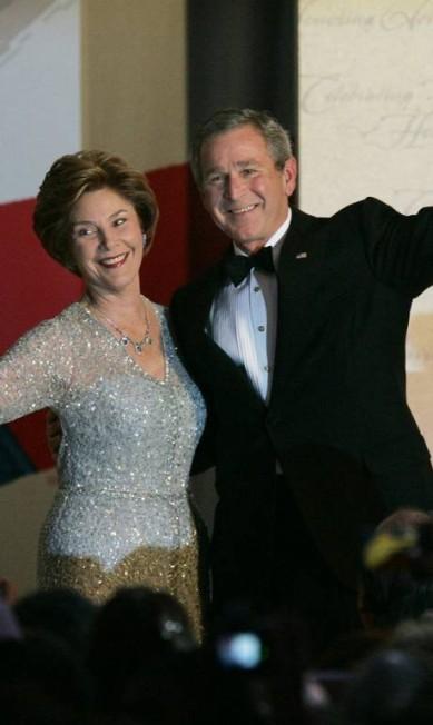 Oscar de la Renta também era o favorito entre primeiras-damas dos Estados Unidos: Laura Bush (foto) e Hillary Clinton eram fãs ELISE AMENDOLA / AP